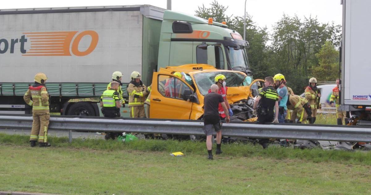 Zwaar ongeval op A50, traumahelikopter op snelweg.