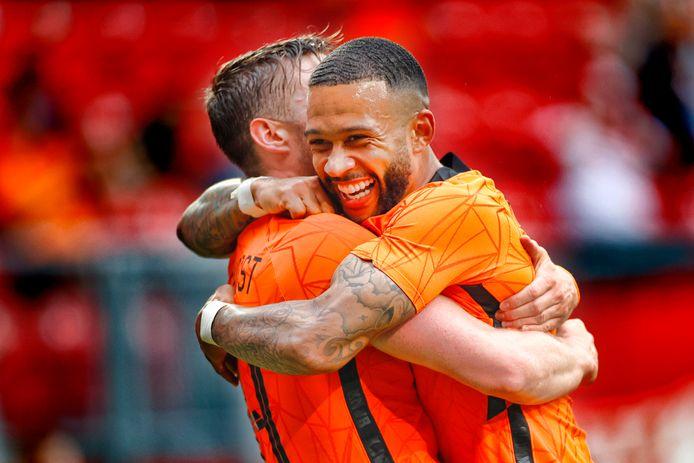 Memphis Depay (rechts) viert met Wout Weghorst de 2-0 van Nederland tegen Georgië.