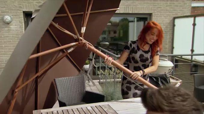 Loredana iets te enthousiast bij 'Komen Eten':  zelfs het meubilair moet eraan geloven