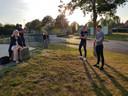 Burgemeester Annemieke Vermeulen eerder deze week in overleg met skaters bij het skatepark in de wijk Leesten. Ze daagde de skaters uit met oplossingen te komen om het skatepark in Zutphen weer te kunnen openen.