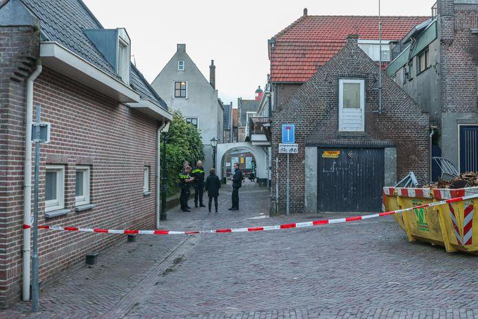 Politieagenten doen onderzoek in en rond een woning aan de Wijk 1 na een geweldsincident. Er zou een inbraak hebben plaatsgevonden in de woning waarbij de inbrekers werden betrapt door iemand die de post kwam halen van de bewoner.