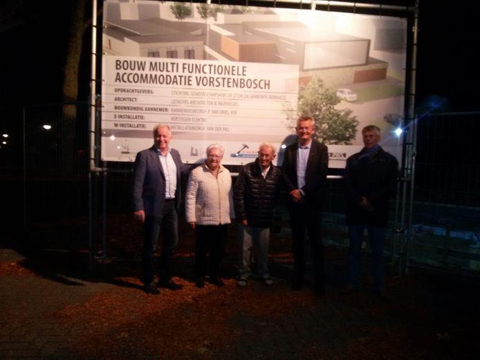 Betrokkenen onthullen de plaquette van de nieuwe MFA. V.l.n.r. Mari van der Ven (voorzitter de Stuik), het echtpaar Kanters, wethouder Rien Wijdeven en Leo Somers (Dorpsraad Vorstenbosch).