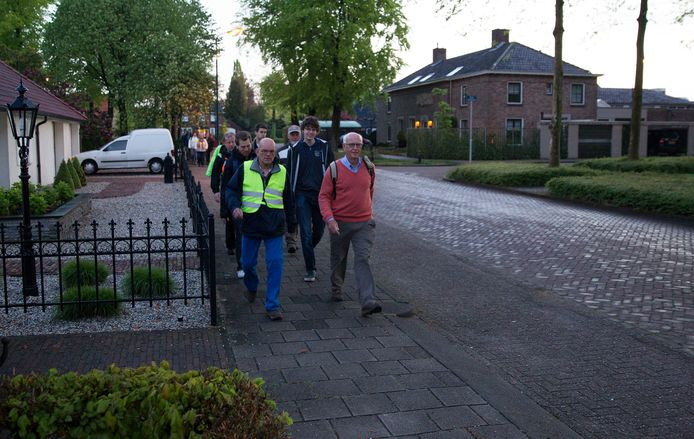 Een eerdere versie van een wandeltocht bij gelegenheid van de Nacht van de Vrijheid in Gemert met onder meer Jan van Maasakkers, oudburgemeester van Gemert in roze trui.