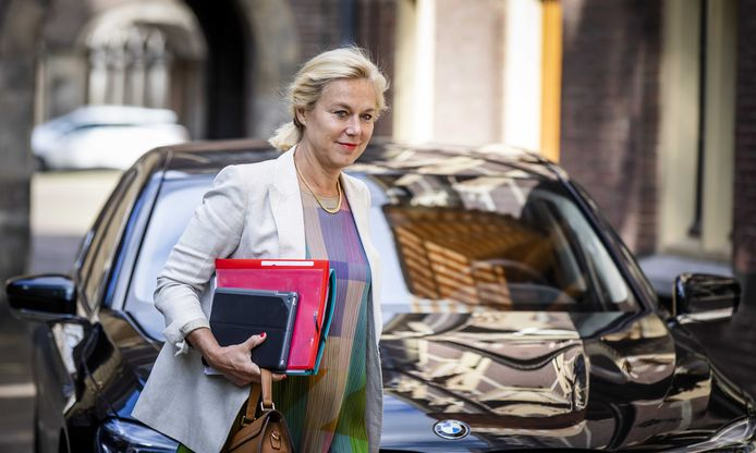 Minister Kaag (Buitenlandse Handel en Ontwikkelingssamenwerking) bij aankomst op het Binnenhof voor de wekelijkse ministerraad.