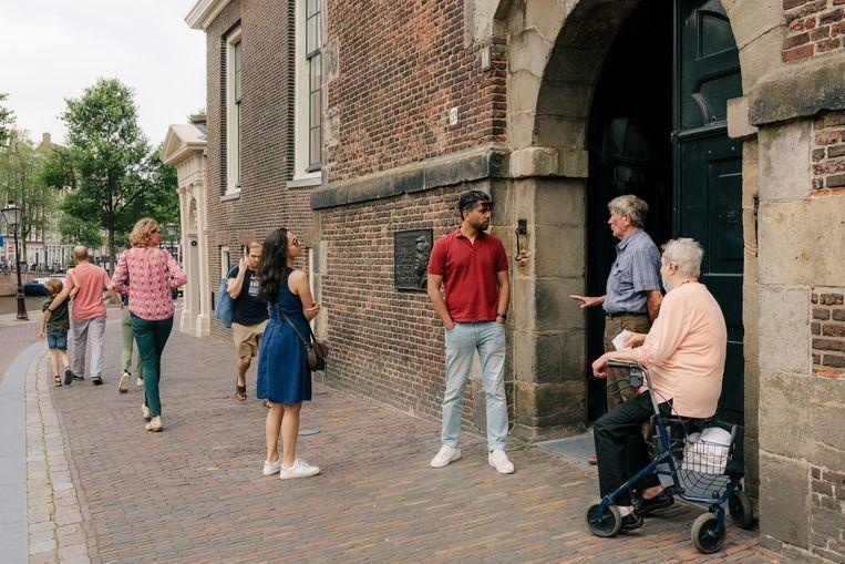 In de Westerkerk konden belangstellenden vrijdag hun medeleven met Peter R. de Vries betuigen en indien gewenst voor hem bidden en een kaarsje voor hem branden. Beeld Marc Driessen