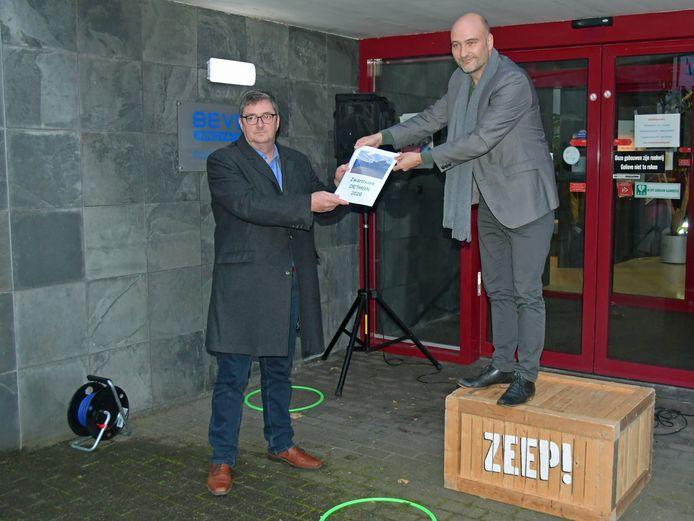 Sociaal werkbedrijf Dethon lijkt onder een vergrootglas te liggen, SP-Kamerlid Jasper van Dijk overhandigde Dethon-directeur Edwin van den Berghen (links) eind oktober nog een Zwartboek.