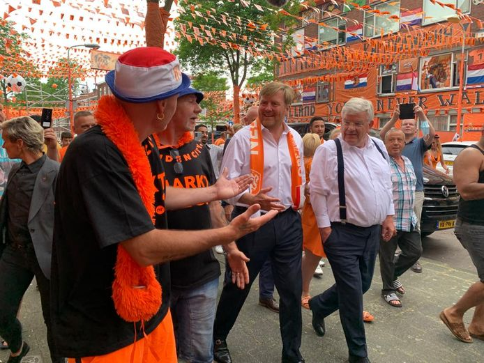 Het bezoek van koning Willem-Alexander en de Haagse burgemeester Jan van Zanen aan de Marktweg in Transvaal.