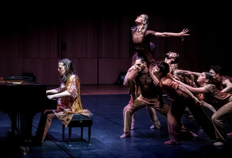 Pianiste Daria van den Bercken repeteert voor een biennalevoorstelling met dansers van Introdans in Musis Arnhem. Beeld Koen Verheijden