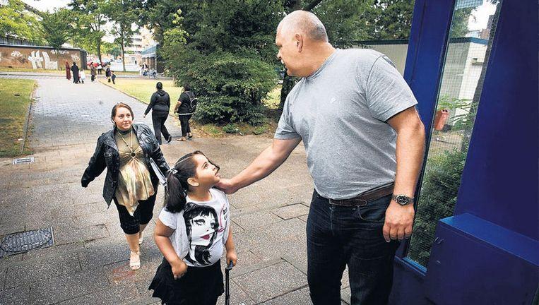 Directeur Mario Wormhoudt van de Dorus Rijkersschool geeft de kinderen een schouderklopje. Foto Klaas Fopma Beeld