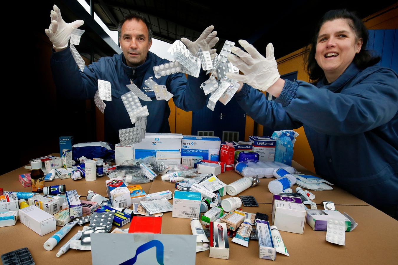 Kees Verschoor en Silvia Nieuwkoop met de tientallen doosjes, potjes, tubes en losse strips medicijnen die zijn ingeleverd bij het milieustation Werkendam.