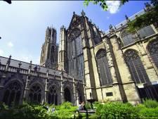 Glas-in-loodraam ingegooid, politie pakt verdachte op: 'Kom niet aan onze Domkerk!'