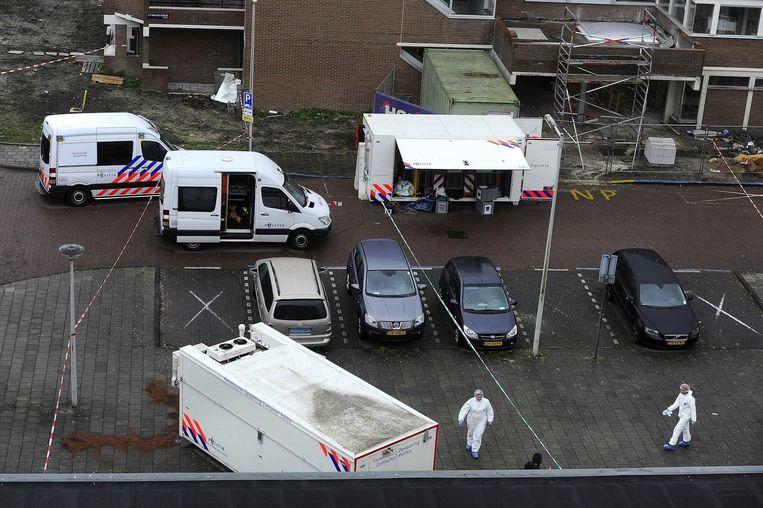 De politie doet onderzoek in de S.F. van Ossstraat in Amsterdam-Osdorp waar crimineel Baris Önder is geliquideerd. Beeld anp