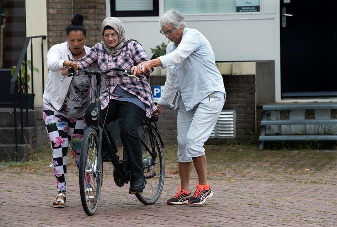 Balanceren is het toverwoord voor de statushouders die vrijdag fietsles kregen in 's-Heerenberg.