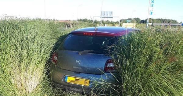 Auto belandt na botsing tussen het groen op Waalwijkse rotonde.