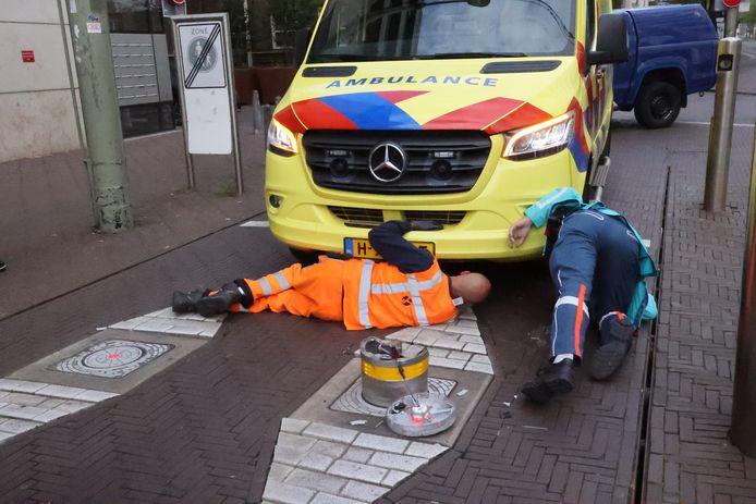 De ambulance kon geen kant meer op.