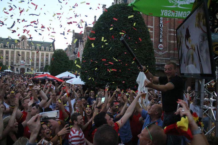 Sommige supporters worden plots de lucht ingetild en de Oude Markt overgedragen in de feestvreugde.