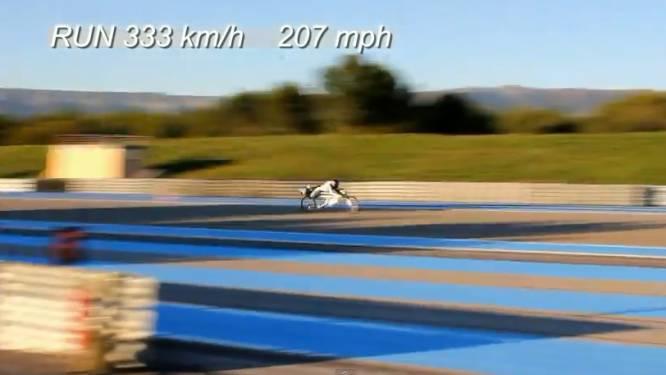 Onvoorstelbaar: Fransman vloert Ferrari aan 333 km/u...met een fiets