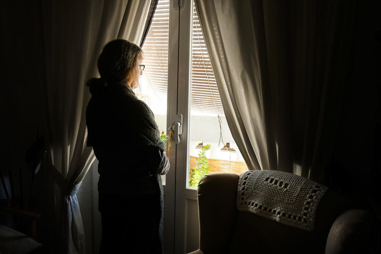 Bij Tele-Onthaal gaat nu al meer dan 20% van de oproepen over eenzaamheid. Dat is evenveel als tijdens de lockdown, en de cijfers zullen met de verstrengde maatregelen zeker nog stijgen. Beeld Shutterstock