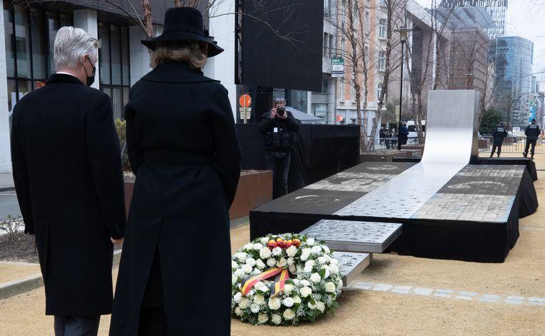 Koning Filip en koningin Mathilde voor het monument voor de slachtoffers van de aanslagen, in de Wetstraat. Beeld BELGA