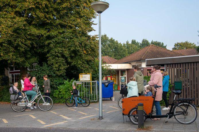 Ouders brengen hun kinderen bij De Bron in Nunspeet. De christelijke basisschool valt onder CNS Nunspeet. Vanwege het tekort aan personeel overweegt de vereniging een vierdaagse lesweek.