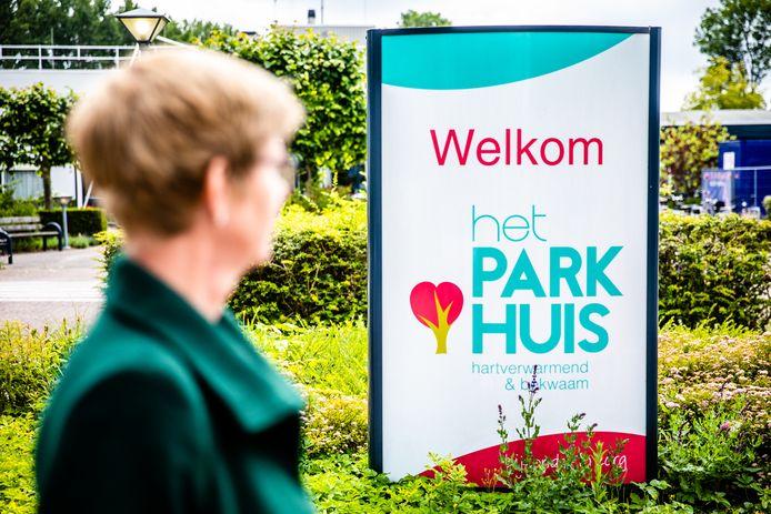 Lilian (51) werkt bij het Parkhuis in Dordrecht. Het verpleeghuis is zwaar getroffen door het coronavirus.