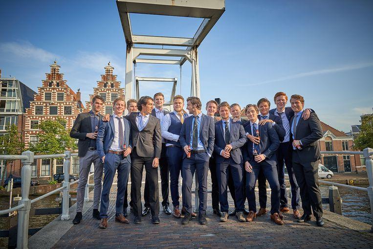 De veertien mannelijke deelnemers aan het 21-diner, biertjes in de hand. Beeld Theo Stielstra