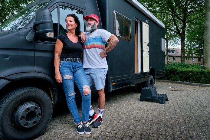Liesbeth Uithol en Ronald Schuurbiers bij hun bus 'Oliver'.