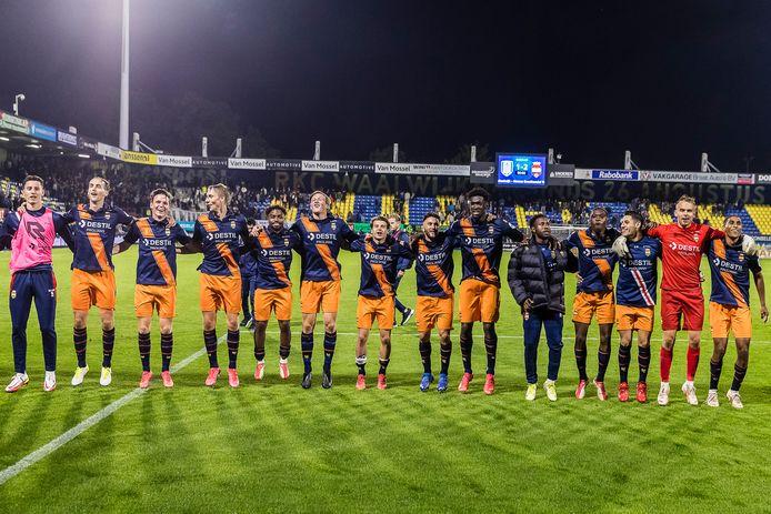 De spelers van Willem II vieren de overwinning op RCK met de meegereisde fans.