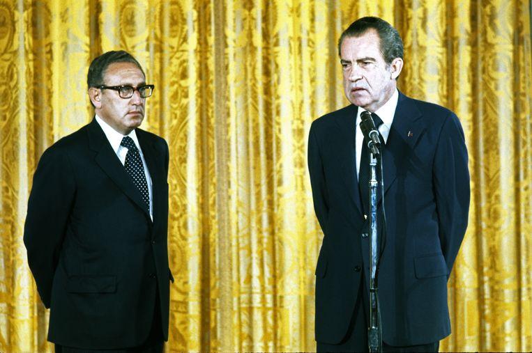Henry Kissinger (links) en president Richard Nixon in het Witte Huis in Washington, vlak voor Kissinger beëdigd zal worden als minister van Buitenlandse Zaken, 22 september 1973. Beeld Getty