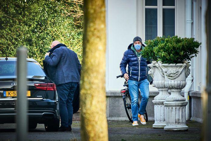 Premier Mark Rutte en minister Ferd Grapperhaus (Justitie en Veiligheid) zondagmiddag bij het Catshuis voorafgaand aan het coronaoverleg tussen het demissionaire kabinet en deskundigen, waaronder RIVM-baas Jaap van Dissel