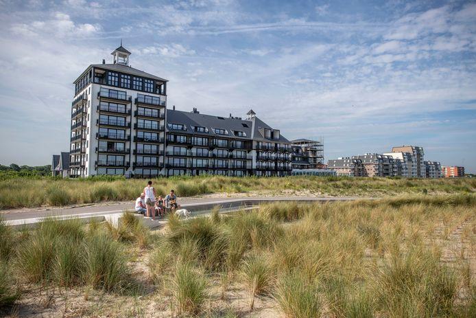 Nieuw Strandhotel in Cadzand-Bad, de vele nieuwbouw in Cadzand-Bad oogst kritiek, zo staat in de visie toeristische streekpromotie en gastheerschap van de gemeente Sluis op basis van een onderzoek onder bezoekers.