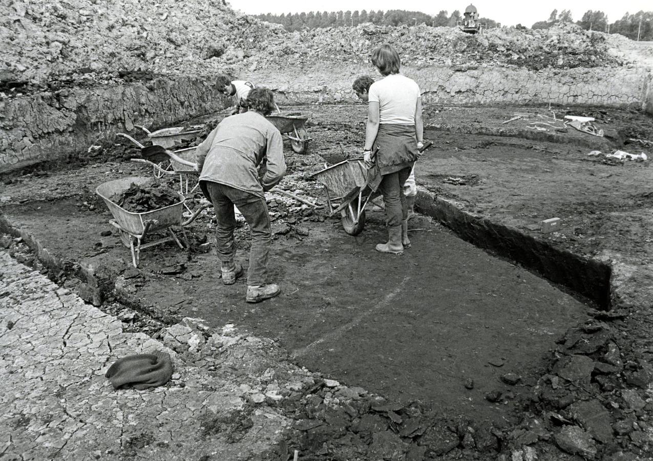 Opgravingen in Spijkenisse in juni 1983: een Romeins huis met stenen dak op Halfweg II.