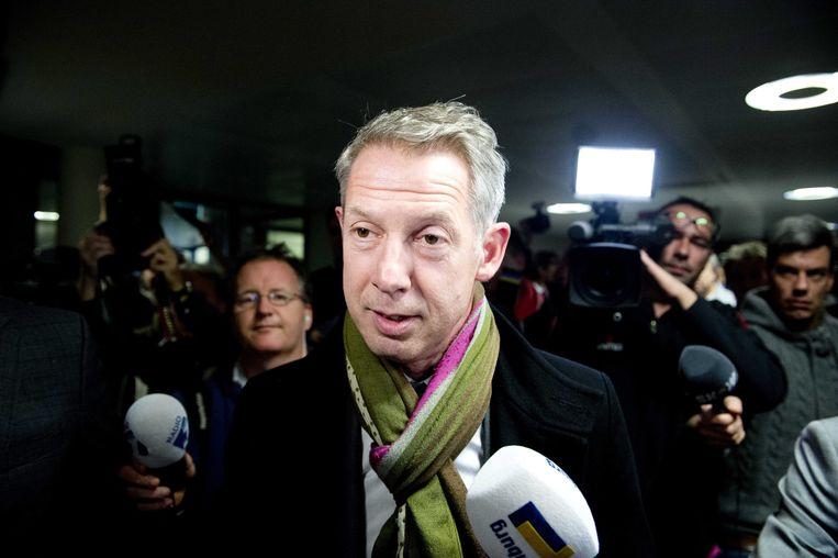Burgemeester Onno Hoes staat journalisten te woord nadat hij van de gemeenteraad heeft gehoord dat hij mag blijven. Beeld epa