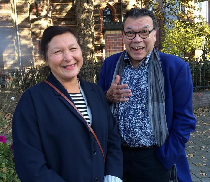 Roy en Hedy Grünewald voor de Kruisherenkapel, in Uden waar Roy misdienaar was.
