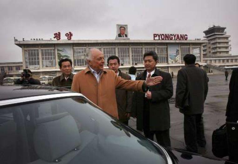 Muziekdirecteur Lorin Maazel komt aan op de luchthaven van Pyongyang. Beeld UNKNOWN