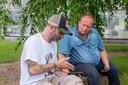 FNV vakbondsman Bart Plaatje vorig jaar zomer in gesprek met een arbeidsmigrant in Dronten.