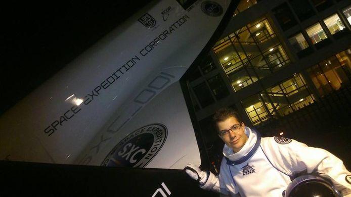 Rowin Hellings als jongeling bij het bedrijf dat zijn ruimtereis zou organiseren.