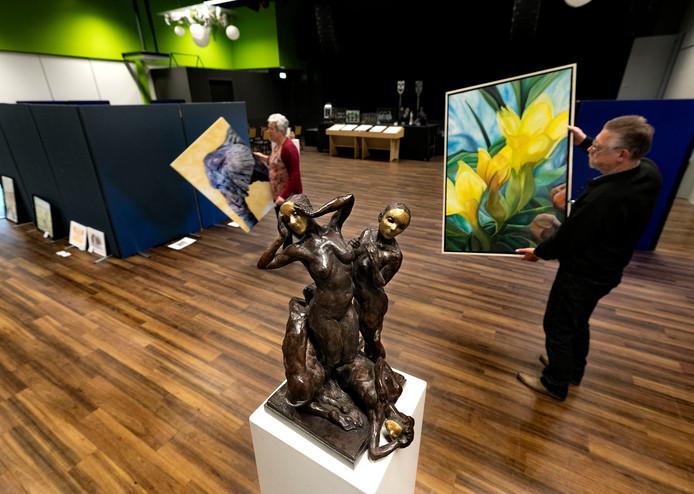 De voorbereidingen van de expositie TELG in zaal de Schakel in Hooge Mierde
