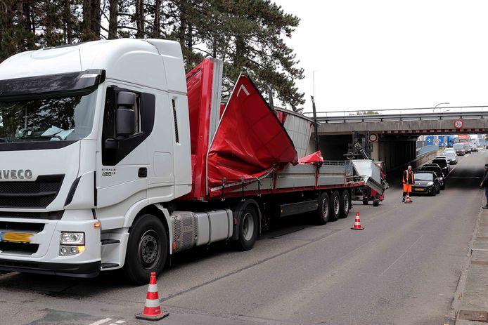 Vrachtwagen te hoog voor viaduct in Waalwijk.