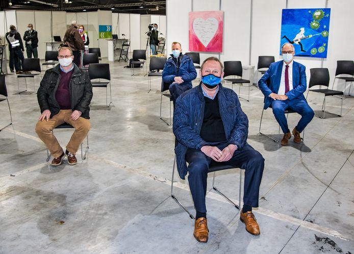 De burgemeesters van de vijf gemeenten bezochten zaterdagvoormiddag het vaccinatiedorp.