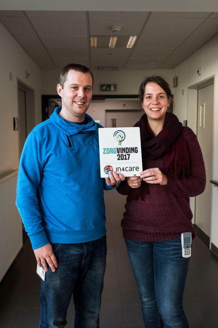 Kevin Maes en Barbele Verheyen tonen trots de Zorgvinding Award.