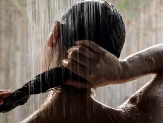 Te lang, te heet of een vuile spons: 8 fouten die iedereen maakt onder de douche