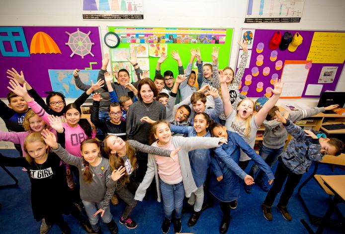 Juf Dinja van Leijenhorst met haar klas op de Paus Joannesschool.