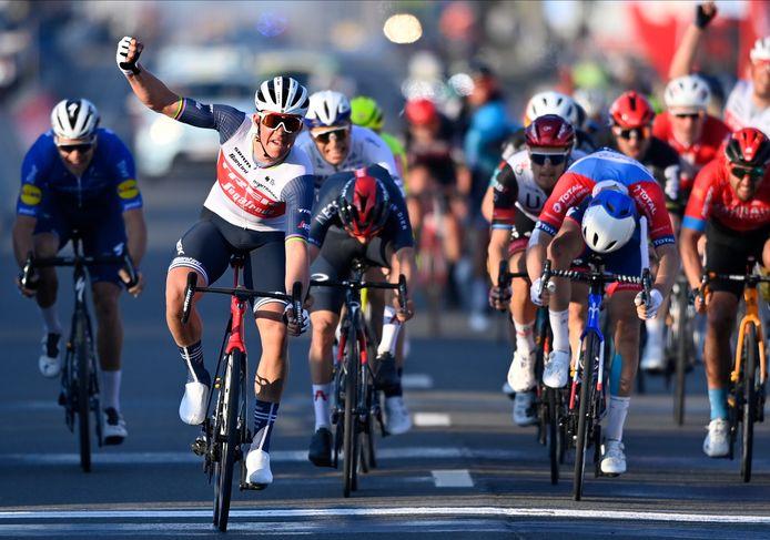 Mads Pedersen viert zijn zege in Kuurne-Brussels-Kuurne.