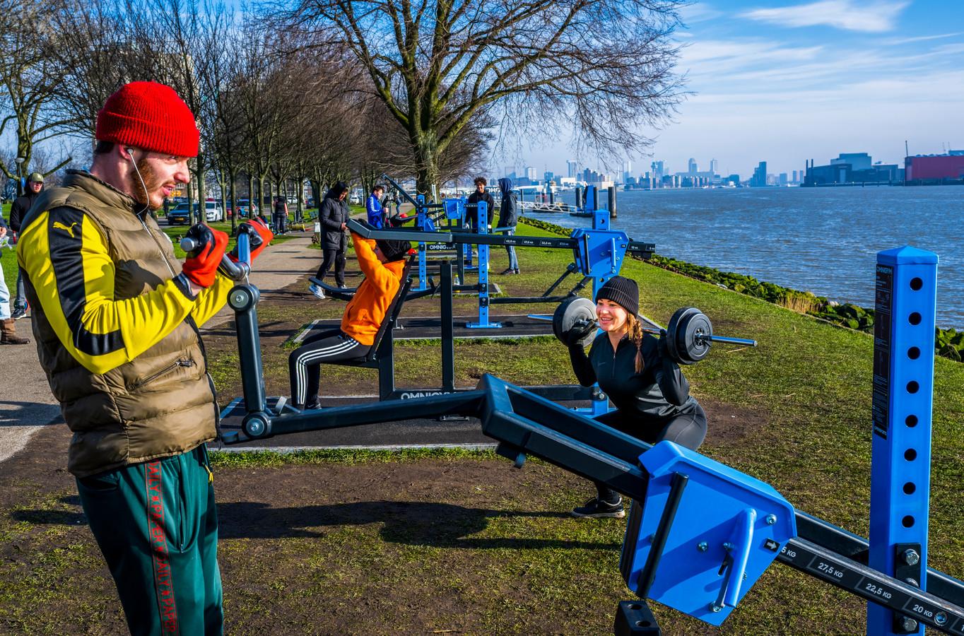 Er wordt gretig gebruikgemaakt van de fitnesstoestellen op de Maasboulevard in Schiedam.