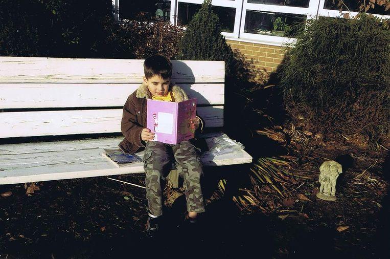 Noah met zijn boeken. Beeld Noah Pozner Gallery