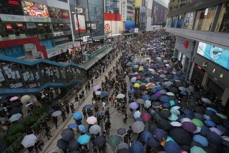 De demonstranten probeerden zich met paraplu's tegen het traangas te beschermen.