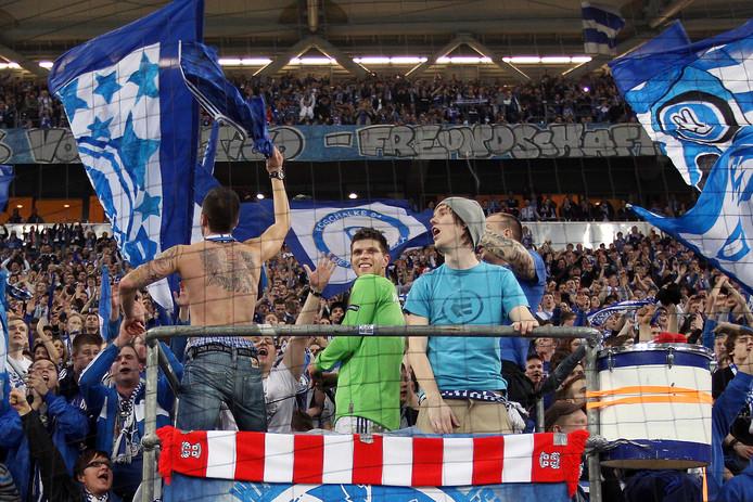 Een sjaal van FC Twente hangt voor de harde kern in de Veltins Arena van Schalke'04.