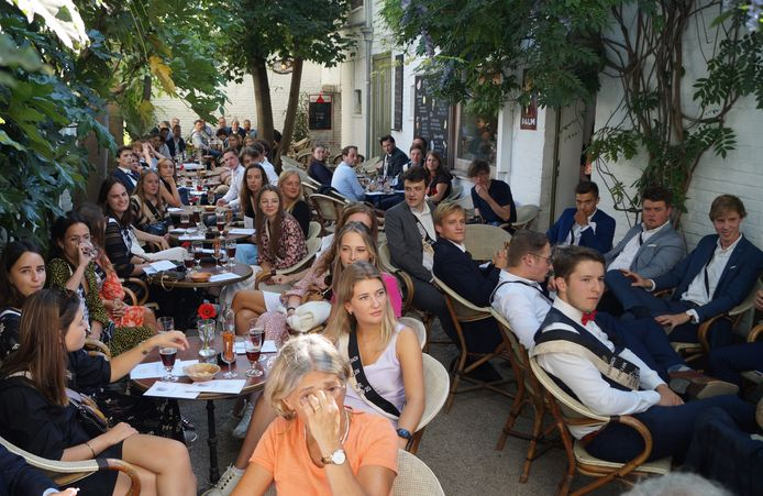 90 leden en (oud-)leden verzamelden zaterdag op het terras van café Romen.