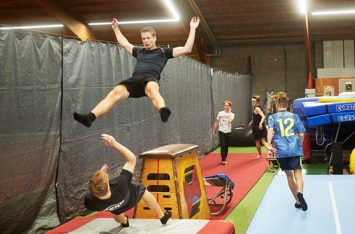 De jongens van de Turbo Tramps te Oss doen mee aan Holland's Got Talent. Op de foto de komische trampolineact.
